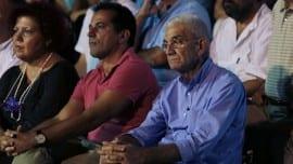 Ο Γιάννης Μπουτάρης παρακολουθεί την ομιλία του επικεφαλής του Ποταμιού