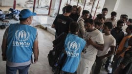 UNHCR staff is helping refugees and migrants who live inside the abandoned Hotel Captain Elias in Kos to register in the local police station. Syrian refugees wait to be registered allowing them to leave Kos for Athens. In Athens they will finish the registration procedures allowing them to stay as refugees in the country for six months. In Kos, some 7000 refugees have arrived so far this year, there are no official facilities for those awaiting registration, and conditions are particularly dire. In the absence of alternatives, refugees have had to move into an abandoned hotel with no electricity or running water. Hundreds of women, children and men are sleeping in cramped and unsanitary conditions. Kos Island, June 4 2015 / Στην Κω περίπου 7000 πρόσφυγες έχουν φτάσει μέχρι στιγμής φέτος, χωρίς επίσημες εγκαταστάσεις για αυτούς που αναμένουν εγγραφή στα μητρώα, και οι συνθήκες είναι ιδιαίτερα δεινές. Με την απουσία εναλλακτικών λύσεων, οι πρόσφυγες βρήκαν κατάλυμα σε ένα εγκαταλελειμένο ξενοδοχείο χωρίς ηλεκτρικό και τρεχούμενο νερό. Εκατοντάδες γυναίκες, παιδιά και άντρες κοιμούνται στριμωγμένοι και υπο ανθυγιεινές συνθήκες. Κως, 4 Ιουνίου, 2015