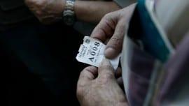 Ένας άντρας κρατάει χαρτί με αριθμό προτεραιότητας για να πάρει μέρος της σύνταξής του, έξω από υποκατάστημα της Εθνικής τράπεζας της Ελλάδος, Αθήνα Τετάρτη 9 Ιουλίου 2015. Τον Πρόεδρο της Δημοκρατίας Προκόπη Παυλόπουλο ενημέρωσε την Τετάρτη ο πρωθυπουργός Αλέξης Τσίπρας, για τη Σύνοδο Κορυφής των χωρών της ευρωζώνης και τις επαφές σε Βρυξέλλες και Στρασβούργο. «Την Τετάρτη καταθέσαμε επίσημη πρόταση στον Ευρωπαϊκό Μηχανισμό Στήριξης για ένα πρόγραμμα στήριξης με επαρκή χρηματοδότηση για το μεσοπρόθεσμο διάστημα και  την Πέμπτη θα καταθέσουμε ανοιχτά τις προτάσεις μας με αξιόπιστες μεταρρυθμίσεις, προκειμένου να μπορέσουμε να φθάσουμε σε έναν έντιμο συμβιβασμό. ΑΠΕ-ΜΠΕ/ΑΠΕ-ΜΠΕ/ΓΙΑΝΝΗΣ ΚΟΛΕΣΙΔΗΣ