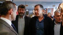 Ο Σταύρος Θεοδωράκης ακούει τον Γάλλο πρόξενο. Αριστερά του ο δήμαρχος Νεάπολης Συκέων, Σίμος Δανιηλίδης και δεξιά του ο δήμαρχος Αμπελοκήπων Μενεμένης Λάζαρος Κυριζογλου