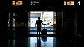 Τουρίστας αποχωρεί απο το αεροδρόμιο Ελεθέριος Βενιζέλος , Αθήνα. Κυριακή 01 Σεπτεμβρίου 2013.Σύμφωνα με τα στοιχεία του ΣΕΤΕ στον τουρισμό σημειώθηκε αύξηση 9,28% καθώς ένα  εκατομμύριο τουρίστες περισσότεροι από την περυσινή χρονιά έφθασαν φέτος στη χώρα μας. ΑΠΕ-ΜΠΕ/ΑΠΕ-ΜΠΕ/ΦΩΤΗΣ ΠΛΕΓΑΣ Γ.