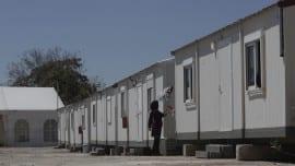 Μία Αφγανή πρόσφυγας απλώνει μπουγάδα έξω από κοντέϊνερ στο κέντρο ανοιχτής φιλοξενίας, στον Ελαιώνα, Αθήνα, Δευτέρα 17 Αυγούστου 2015. Oλοκληρώθηκε, χωρίς προβλήματα, η επιχείρηση μετεγκατάστασης των μεταναστών από το Πεδίον του Άρεως σε ειδικά διαμορφωμένο χώρο στον Ελαιώνα, της ευρύτερης περιοχής του Βοτανικού. ΑΠΕ-ΜΠΕ/ΑΠΕ-ΜΠΕ/ΓΙΑΝΝΗΣ ΚΟΛΕΣΙΔΗΣ