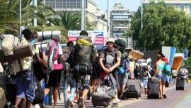 Τουρίστες ετοιμάζονται να επιβιβαστούν σε πλοίο στο λιμάνι του Πειραιά ενόψει των καλοκαιρινών διακοπών, Σάββατο 28  Ιουλίου 2012. ΑΠΕ-ΜΠΕ/ΑΛΕΞΑΝΔΡΟΣ ΒΛΑΧΟΣ ΑΠΕ-ΜΠΕ/ΑΠΕ-ΜΠΕ/ΑΛΕΞΑΝΔΡΟΣ ΒΛΑΧΟΣ