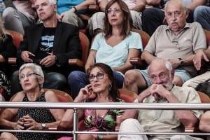 Η Άννα Ευφραιμίδου-Παπασταύρου, η Άννα Λυδάκη και ο Άγγελος Δεληβορριάς παρακολουθούν την ομιλία του Σταύρου