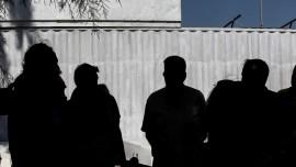 «Αυτοψία» στη Σαλαμίνα πραγματοποίησε ο Σταύρος Θεοδωράκης σήμερα το μεσημέρι. Ο Σταύρος Θεοδωράκης μετέβη στο νησί με σκάφος του Λιμενικού, όπου ενημερώθηκε εν πλω για την κατάσταση που επικρατεί στις πληγείσες περιοχές από τον αρχηγό του Λιμενικού, Αντιναύαρχο Σταμάτιο Ράπτη και από την πολιτική ηγεσία του υπουργείου.  Στη Σαλαμίνα συναντήθηκε με τη Δήμαρχο Ισιδώρα Νάννου – Παπαθανασίου και με τοπικούς παράγοντες. Μαζί με τον βουλευτή του Ποταμιού Γιώργο Αμυρά, συνομίλησαν με τους κατοίκους για τα προβλήματα που αντιμετωπίζουν λόγω της οικολογικής καταστροφής που έχει προκληθεί από την πετρελαιοκηλίδα. Στη συνέχεια επισκέφθηκαν την περιοχή Κυνόσουρα Σαλαμίνας μαζί με τον Αντιδήμαρχο Περιβάλλοντος και Καθαριότητας του Δήμου Σαλαμίνας Ιωάννη Σκιαθίτη και τον Πρόεδρο της Δημοτικής Κοινότητας Σεληνίων Γιώργο Επιτρόπουλο.
