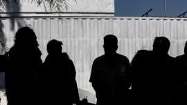 Στη Σαλαμίνα συναντήθηκε με τη Δήμαρχο Ισιδώρα Νάννου – Παπαθανασίου και με τοπικούς παράγοντες. Μαζί με τον βουλευτή του Ποταμιού Γιώργο Αμυρά, συνομίλησαν με τους κατοίκους για τα προβλήματα που αντιμετωπίζουν λόγω της οικολογικής καταστροφής που έχει προκληθεί από την πετρελαιοκηλίδα. Στη συνέχεια επισκέφθηκαν την περιοχή Κυνόσουρα Σαλαμίνας μαζί με τον Αντιδήμαρχο Περιβάλλοντος και Καθαριότητας του Δήμου Σαλαμίνας Ιωάννη Σκιαθίτη και τον Πρόεδρο της Δημοτικής Κοινότητας Σεληνίων Γιώργο Επιτρόπουλο.
