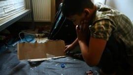Ο 11-χρονος Αμίρ από το Αφγανιστάν που είχε κληρωθεί για σημαιοφόρος ααπό το σχολείο του, κρατάει ένα χαρτόνι που πέταξαν, μαζί με πέτρες και μπουκάλια μέσα στο δωμάτιό του, στο σπίτι όπου μένει, άγνωστοι κουκουλοφόροι στις 3 τα ξημερώματα, Αθήνα, Παρασκευή 03 Νοεμβρίου 2017. ΑΠΕ-ΜΠΕ/ΑΠΕ-ΜΠΕ/ΣΥΜΕΛΑ ΠΑΝΤΖΑΡΤΖΗ