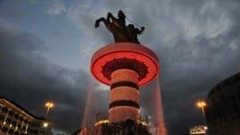 Skopje9: Fast 30 Meter hoch ist das Monument, das irgendwie an ein gewaltiges Kettenkarussell erinnert.
