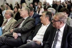 Ο Σταύρος Θεοδωράκης παρακολουθεί την ομιλία του Βασίλη Μαρκή