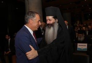 Ο Πρωτοσύγκελλος της Αρχιεπισκοπής, Επίσκοπος Θεσπιών Συμεών  με τον Σταύρο Θεοδωράκη