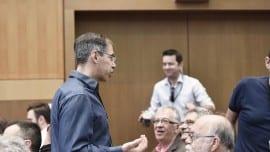 Ο Γιώργος Μαυρωτάς συνομιλεί με τον Μίλτο Κύρκο υπό το βλέμμα των κ.κ. Καρκατσούλη και Παπανικολάου