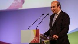 Ο Κωστής Χατζηδάκης απευθύνει χαιρετισμό στο 3ο Συνέδριο | φωτό: Θοδωρής Μανωλόπουλος